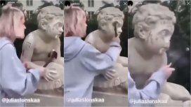 Escándalo por una influencer que le rompió la nariz a una estatua para ganar seguidores