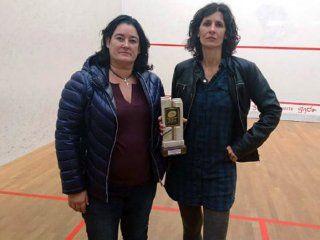 Gentileza El País - Elisabet Sadó, a la derecha de la imagen con su trofeo