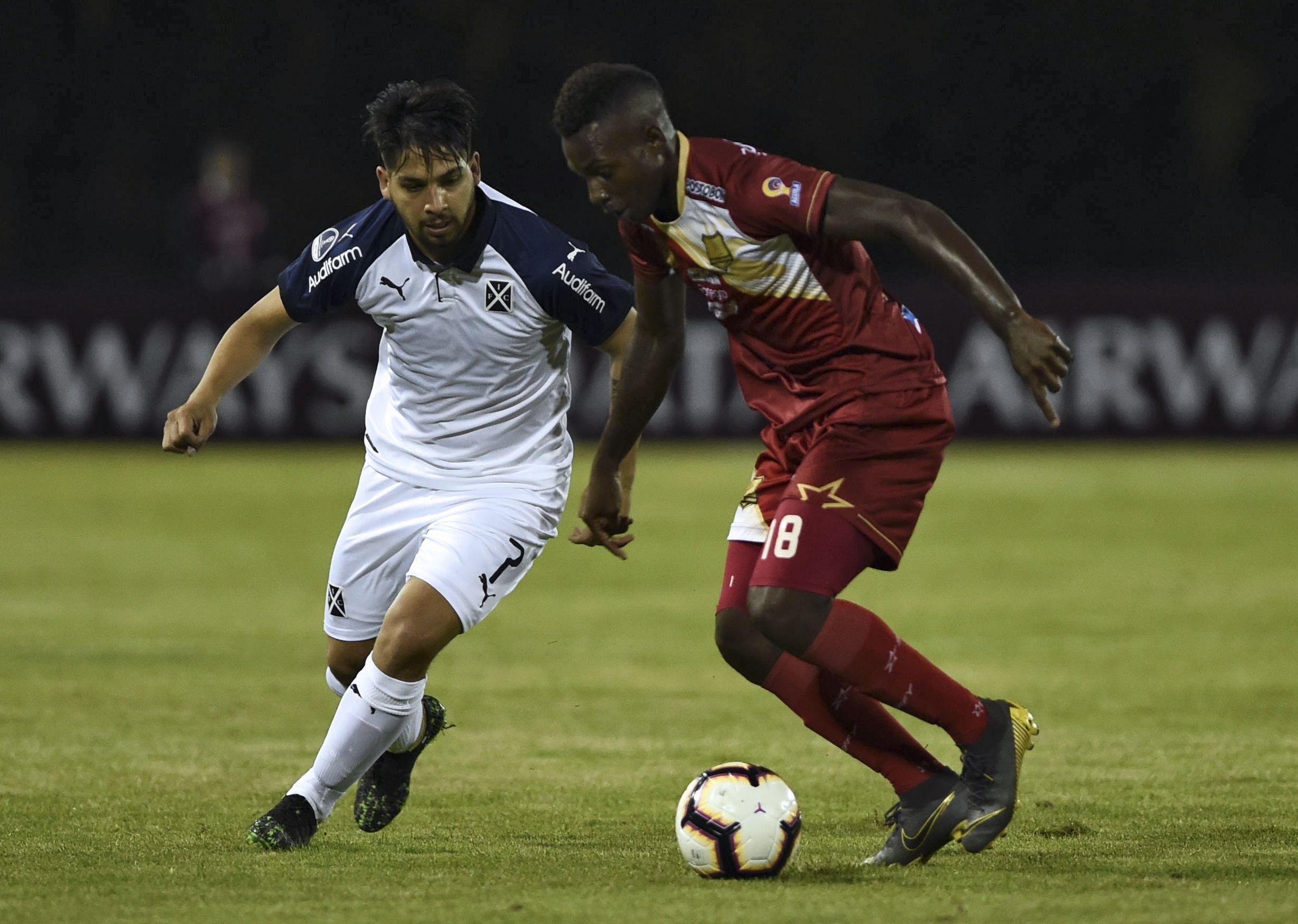 Martín Benítez pelea por la pelota