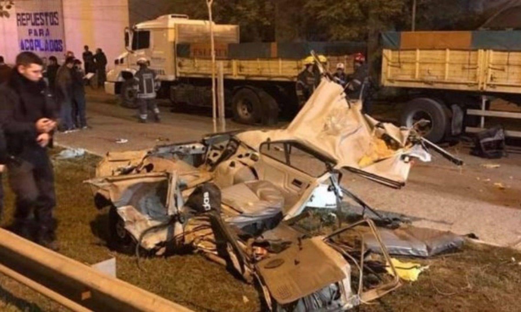 Los hierros retorcidos del auto que protagonizó el accidente. Foto: FM Actitud