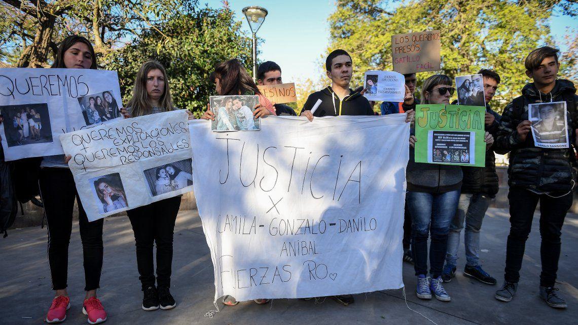 Familiares de las víctimas del choque en el que murieron cuatro jóvenes durante una persecución en San Miguel del Monte.
