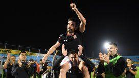 Chapu Braña fue llevado en andas tras su último partido