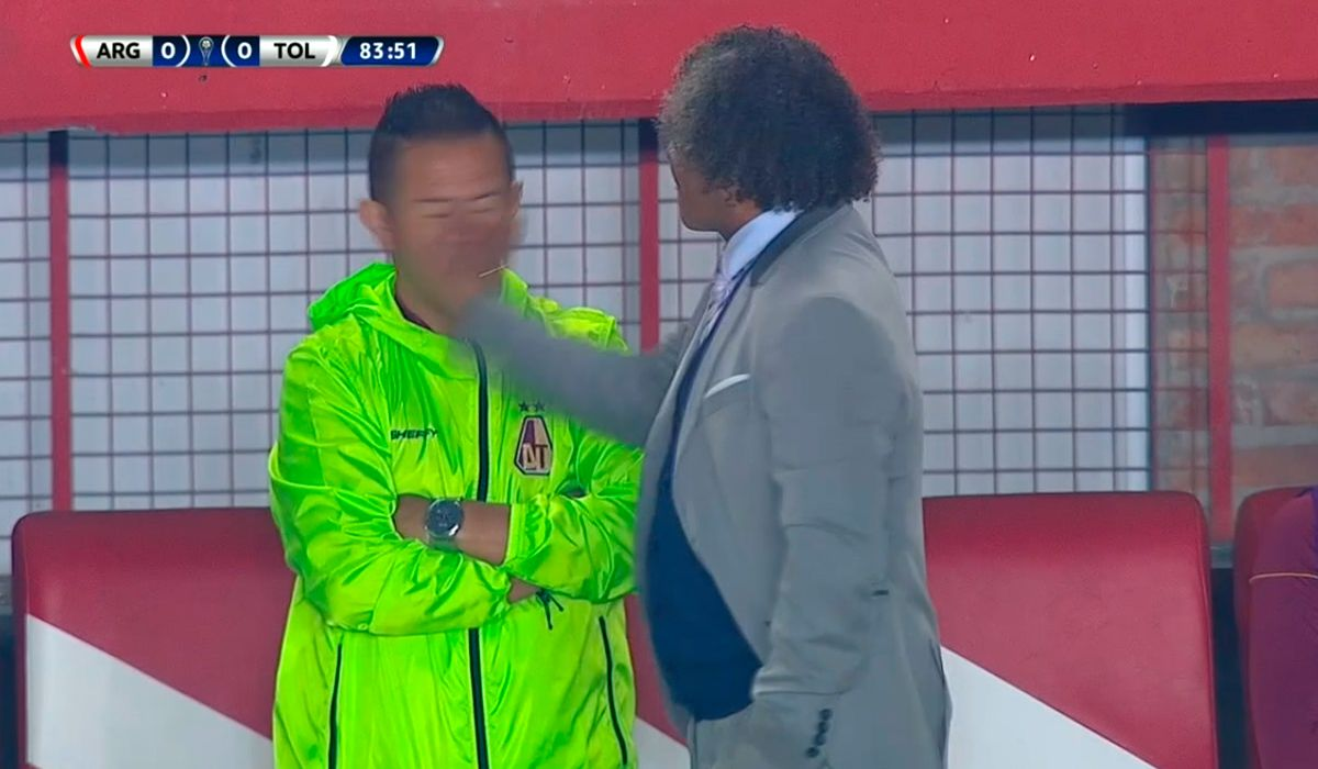 Alberto Gamero, DT del Tolima, le pegó una cachetada a su ayudante en pleno partido ante Argentinos