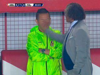 alberto gamero, dt del tolima, le pego una cachetada a su ayudante en pleno partido ante argentinos