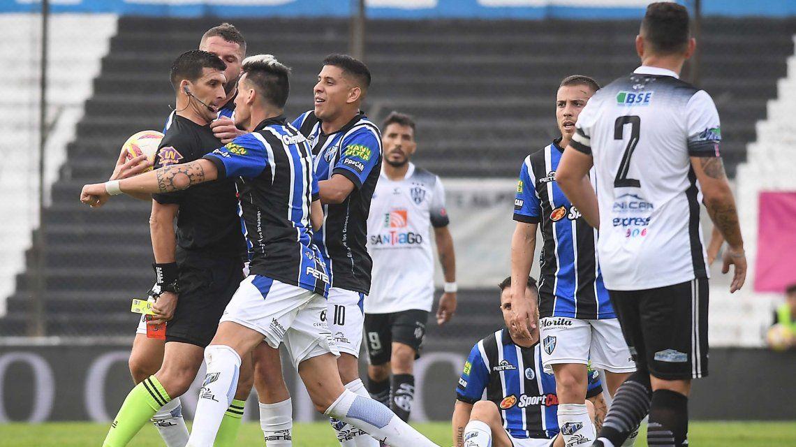 El Burrito Martínez fingió un codazo ¡del árbitro! en Almagro - Central Córdoba