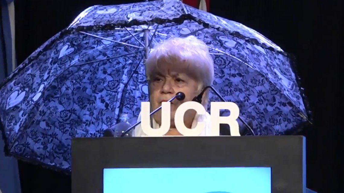 Convención Nacional de la UCR: una ex diputada dio su discurso bajo un paraguas