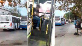 Un borracho se subió a un colectivo, se puso a manejarlo y lo chocó