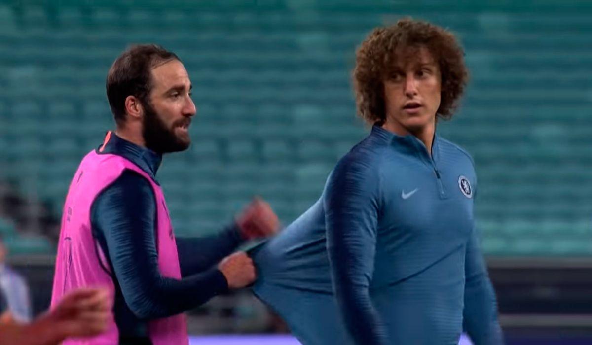 Patada, codazo y suspensión de la práctica del Chelsea: el cruce de Higuaín con David Luiz