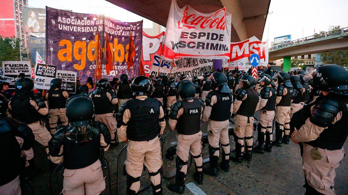 Puente Pueyrredón: Prefectura tiró gas pimienta y balas de goma contra los manifestantes