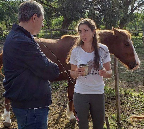 La presidenta de Mi Reino por un caballo, Jesica Gillij, en el predio de animales rescatados.