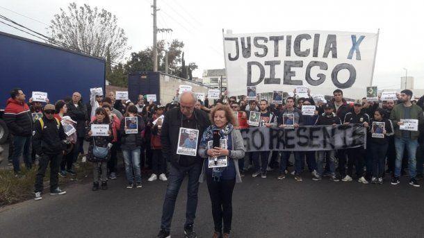 Los padres de Diego Cagliero, durante la marcha para exigir justicia y denunciar violencia policial.