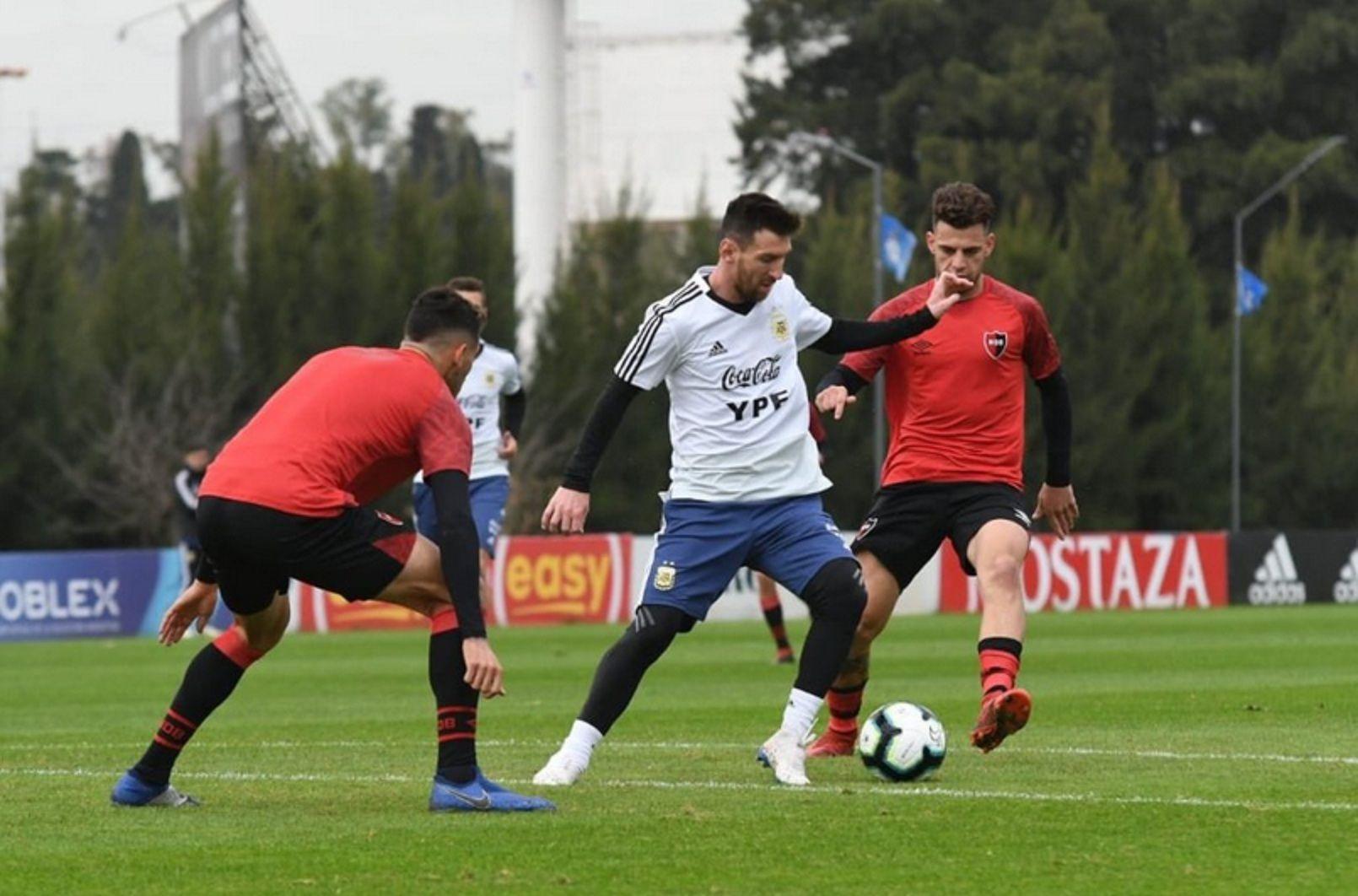 Messi le metió dos goles a Newells en el amistoso con la Selección