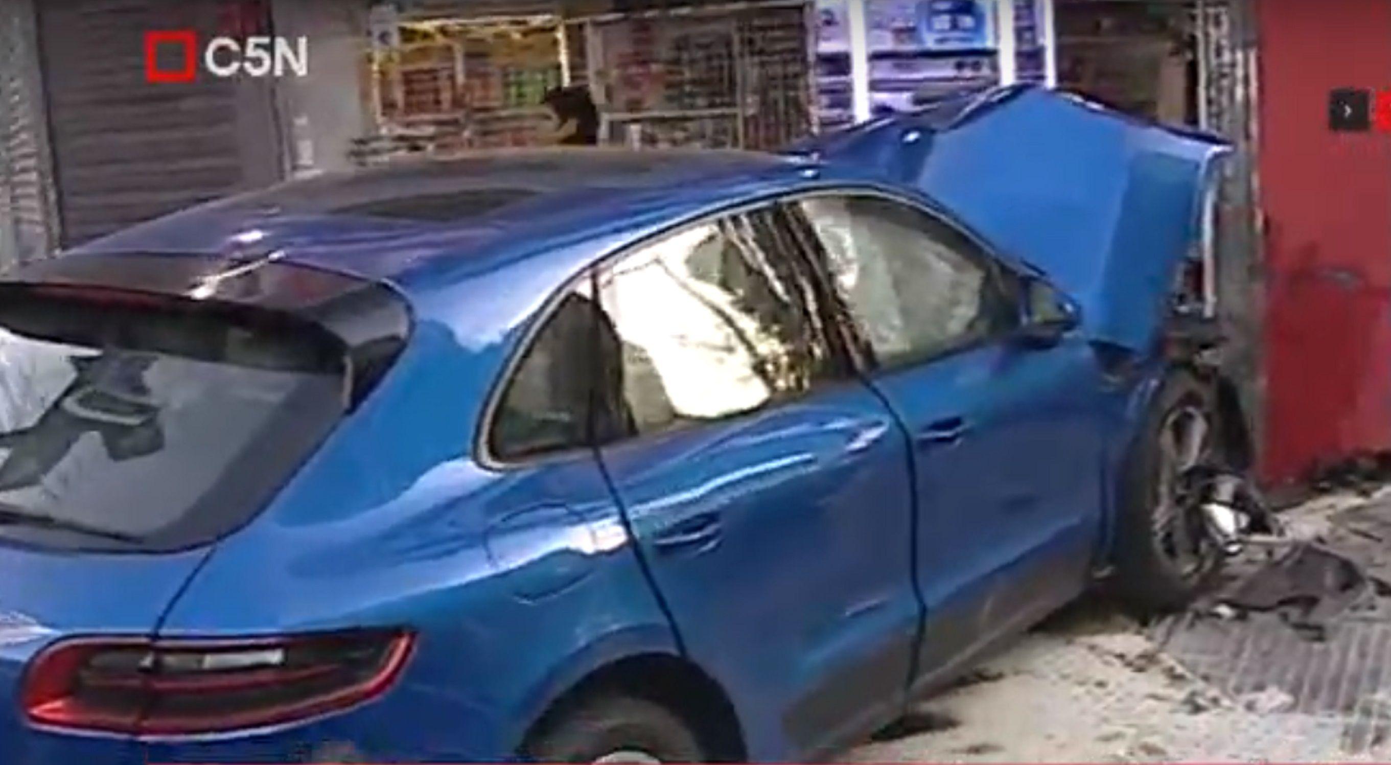 Belgrano: un chico de 15 años se incrustó con una camioneta Porsche en un kiosco