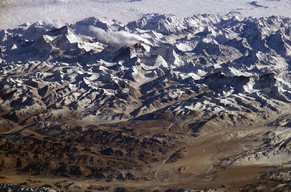 Intentan rescatar a ocho escaladores atrapados por una avalancha en el Himalaya