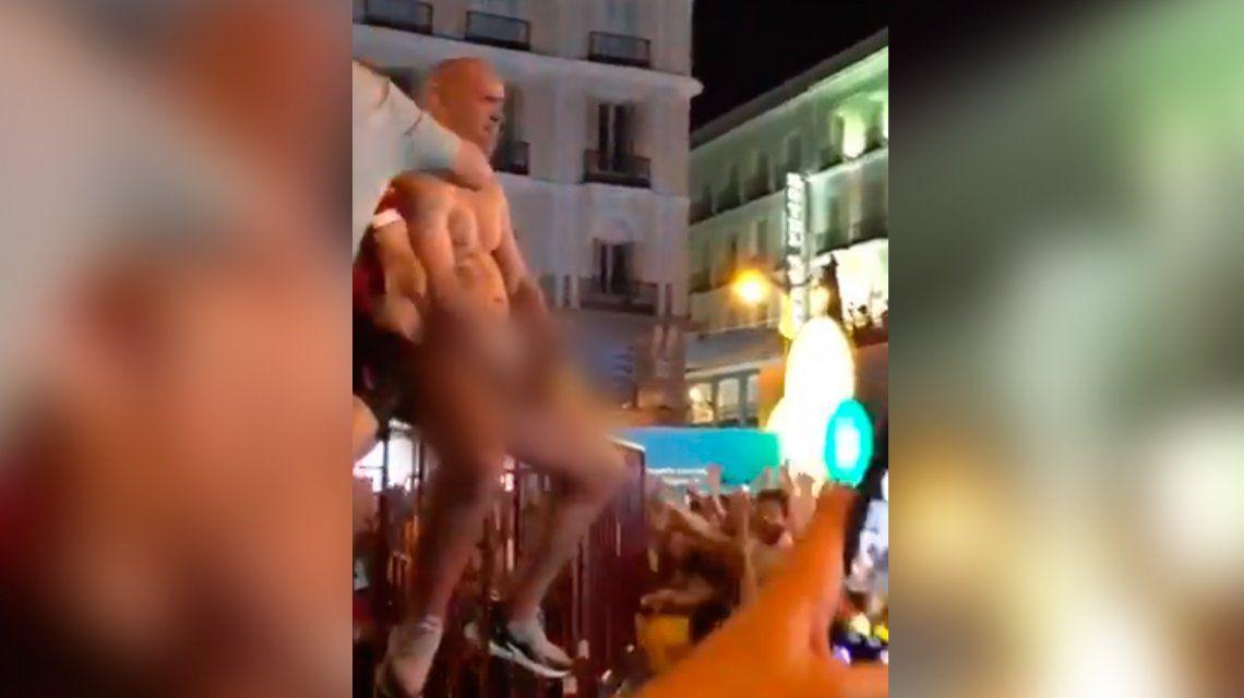 Un hincha del Liverpool se masturbó en la Puerta del Sol de Madrid y quiso abusar de una turista