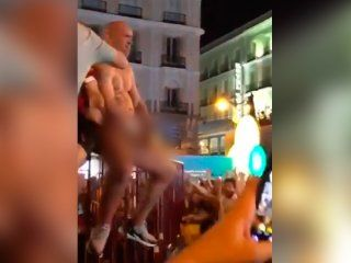 un hincha del liverpool se masturbo en la puerta del sol de madrid y quiso abusar de una turista