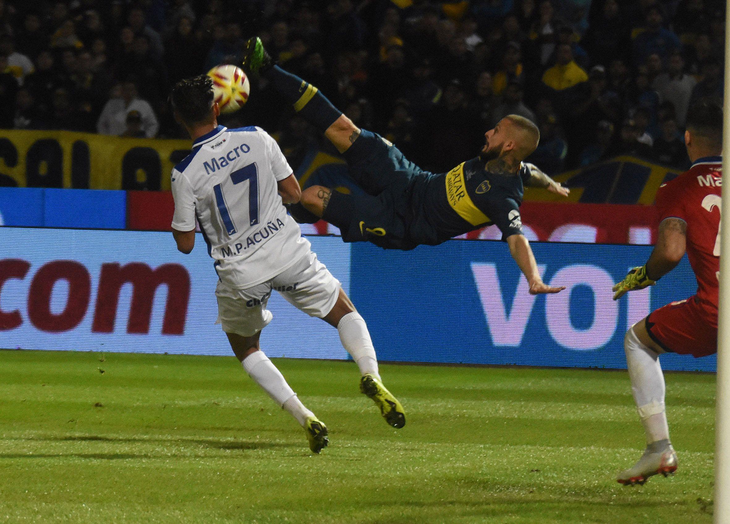 Pérez Acuña reveló que Mauro Zárate lo llamó tras su insulto a Boca en plena entrevista