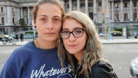 Arranca el juicio contra la mujer que fue golpeada y detenida por besar a su novia en la estación Constitución