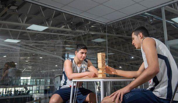 """""""Hay que entrenar el cerebro, no sólo los músculos"""", dice Pepe. Y acá se ve a los pibes de Bahía ejercitando con el jenga"""