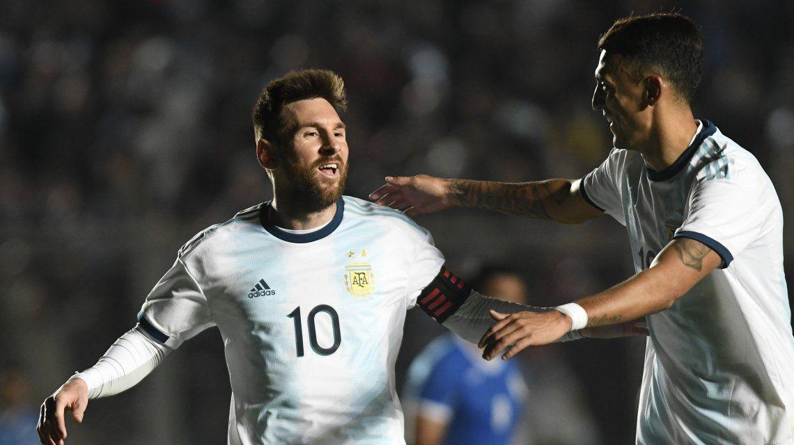 Lionel Messi con Matías Suárez