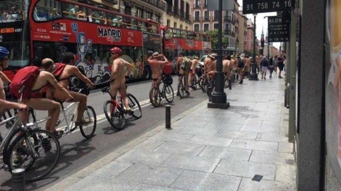 España: ciclistas protestaron desnudos en Madrid