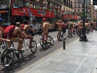 espana: ciclistas protestaron desnudos en madrid