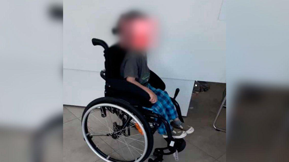 La Plata: delincuentes le robaron la silla de ruedas a un nene con parálisis y autismo