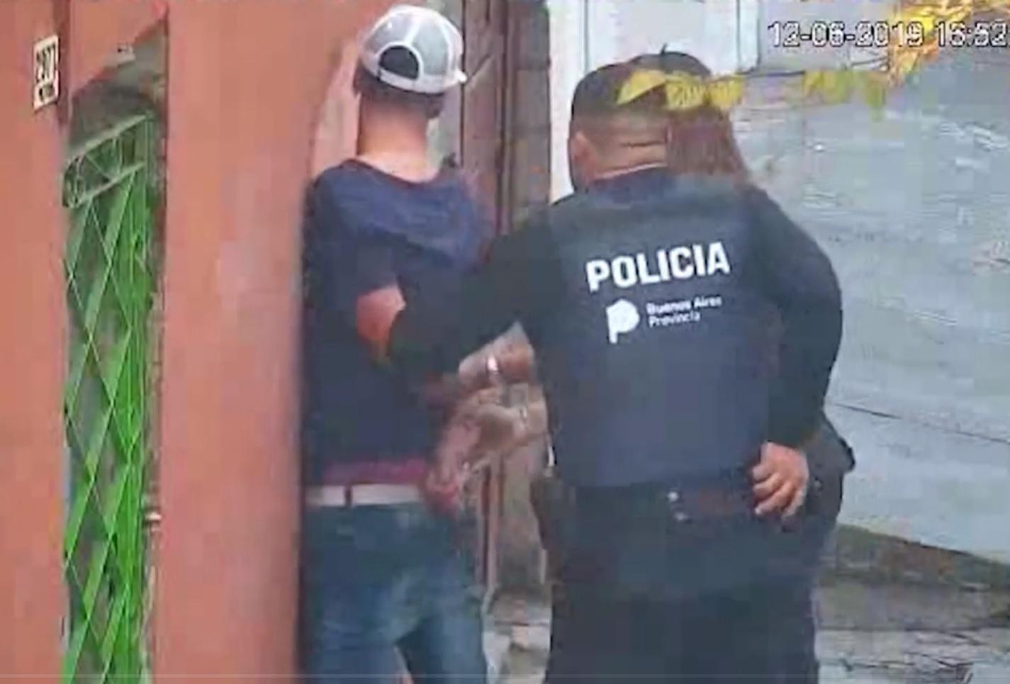 Llamaron a un taxi desde una app del celular para robarle al chofer: quedaron detenidos