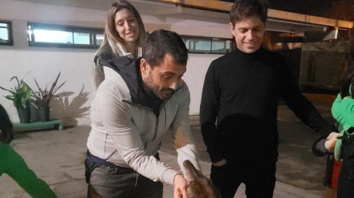 Kicillof visitó la veterinaria municipal de Berazategui y adoptó a dos gatitos