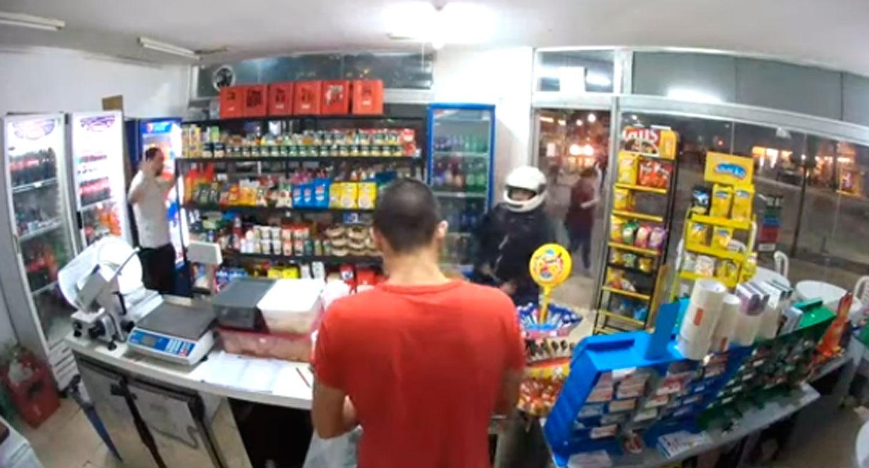VIDEO: Robaba un kiosco, guardó el arma en el bolsillo, se le disparó y murió