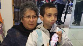 Gino con su abuela y una foto de su mamá
