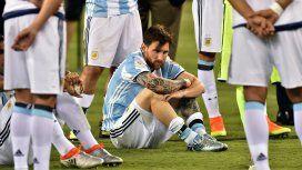 Lionel Messi desconsolado con la camiseta de la Selección argentina
