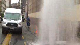 Una fuente en el medio de la calle: una caño maestro permaneció roto casi 20 horas