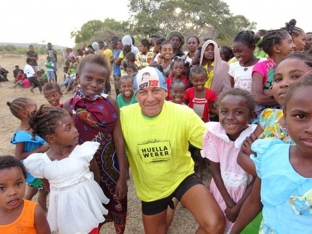 Armenault, en Africa, durante la Madagascar Racing. En un pueblito organizó un picado de fútbol y repartió regalos