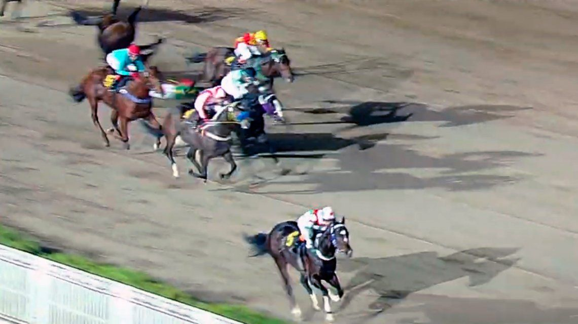 Murió la jocketa María Paganelli tras caerse de su caballo durante una carrera en el Hipódromo de Palermo