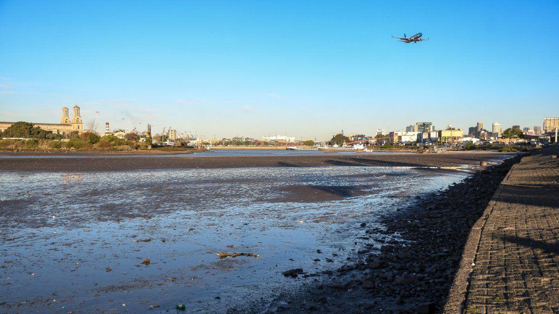 Las sorprendentes imágenes que dejó la bajante del Río de La Plata en Costanera