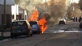 Un hombre se quedó dormido con la calefacción prendida y se le incendió el auto