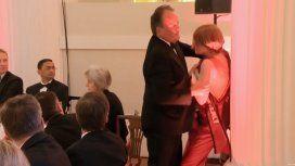 Aberrante: un diputado conservador agredió a una activista de Greenpeace en medio de una gala