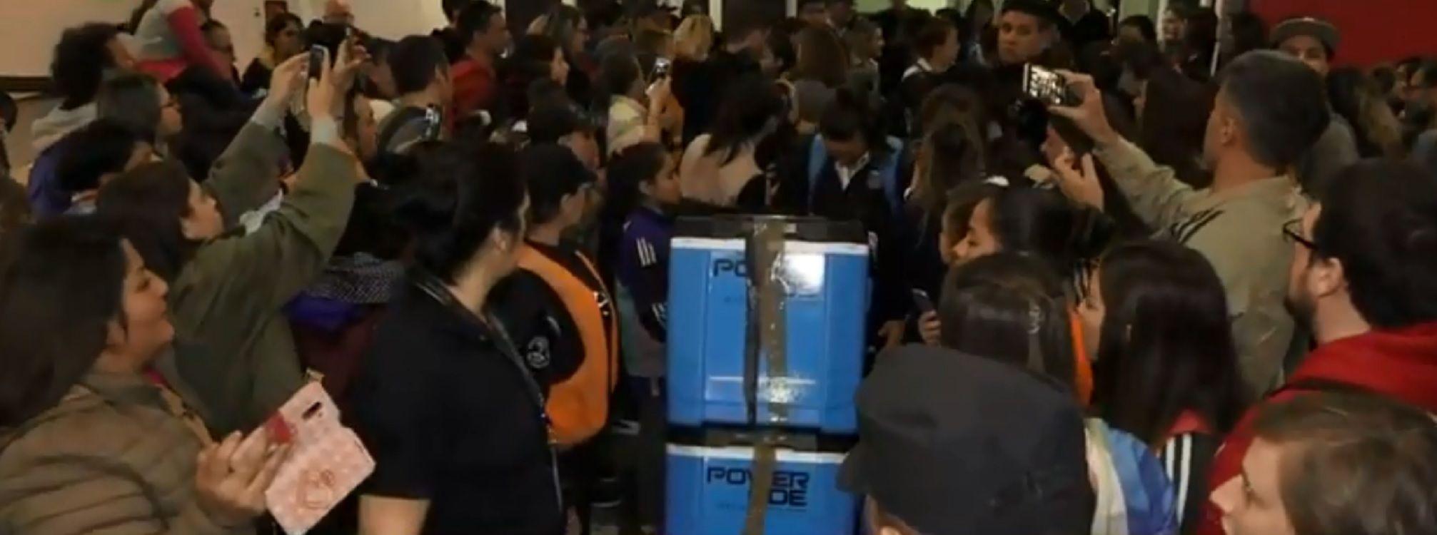 Cientos de hinchas recibieron a las jugadoras de la Selección argentina tras el histórico mundial