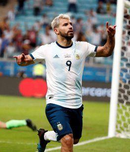 El Kun festeja su gol, el segundo de Argentina ante Qatar