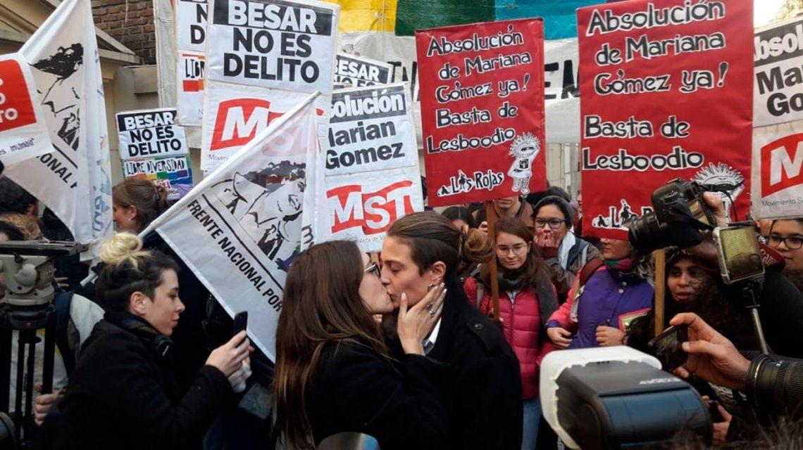 Condenaron a un año de prisión en suspenso a la joven que besó a su novia en la estación Constitución