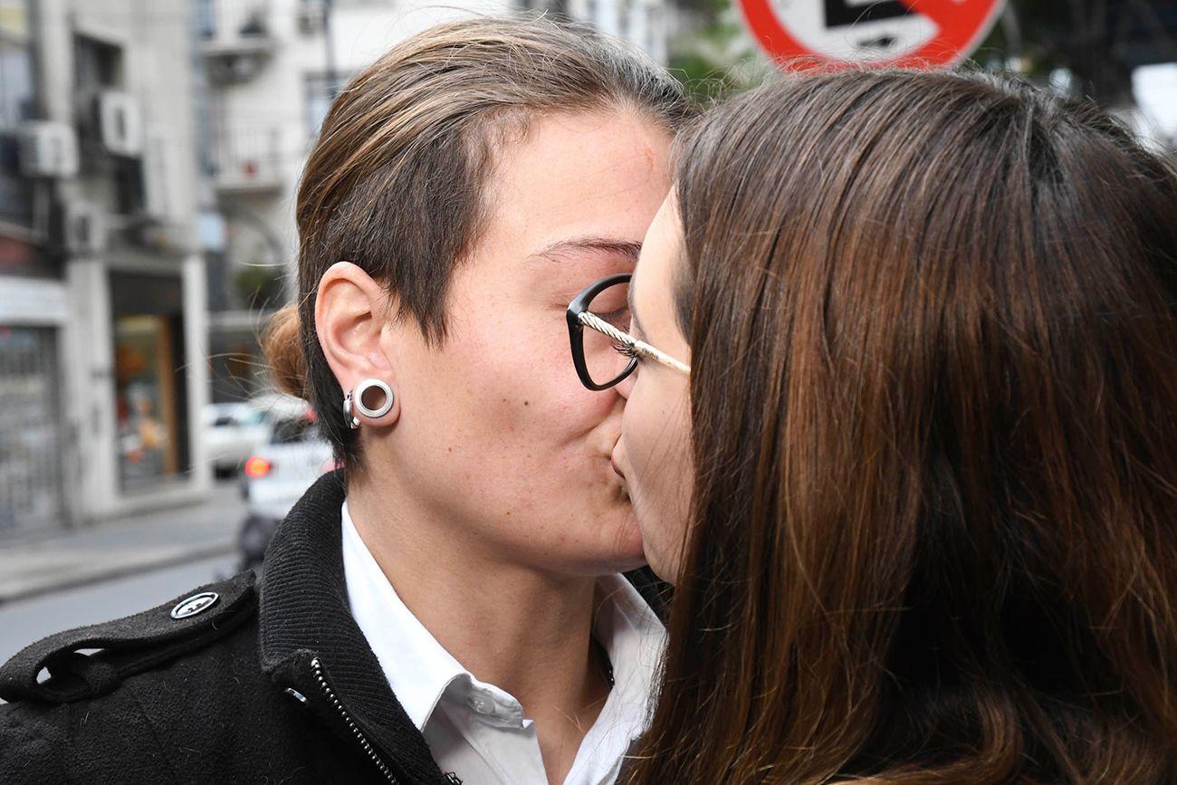 Piden 2 años de prisión para la joven detenida por besar a su esposa en la estación de Constitución