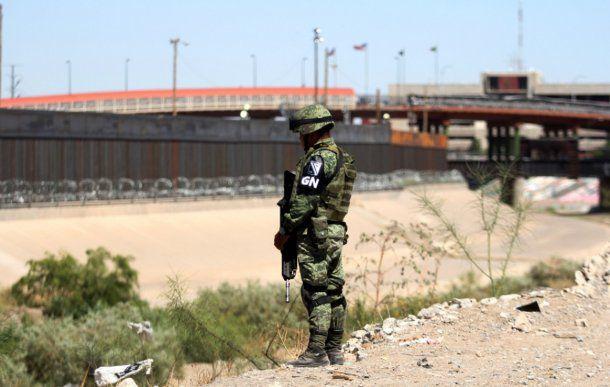 <p>La Guardia Nacional vigila oficialmente los límites de la frontera de México con Estados Unidos</p>