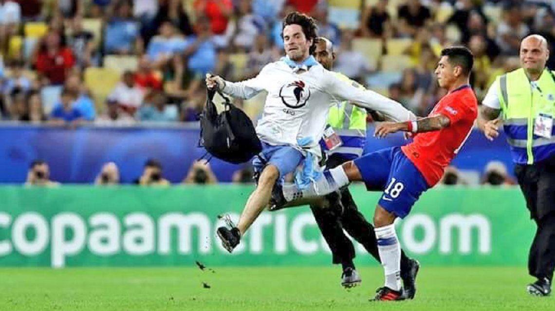 La brutal patada del chileno Gonzalo Jara al hincha que se metió en la cancha: ¿puede ser sancionado?