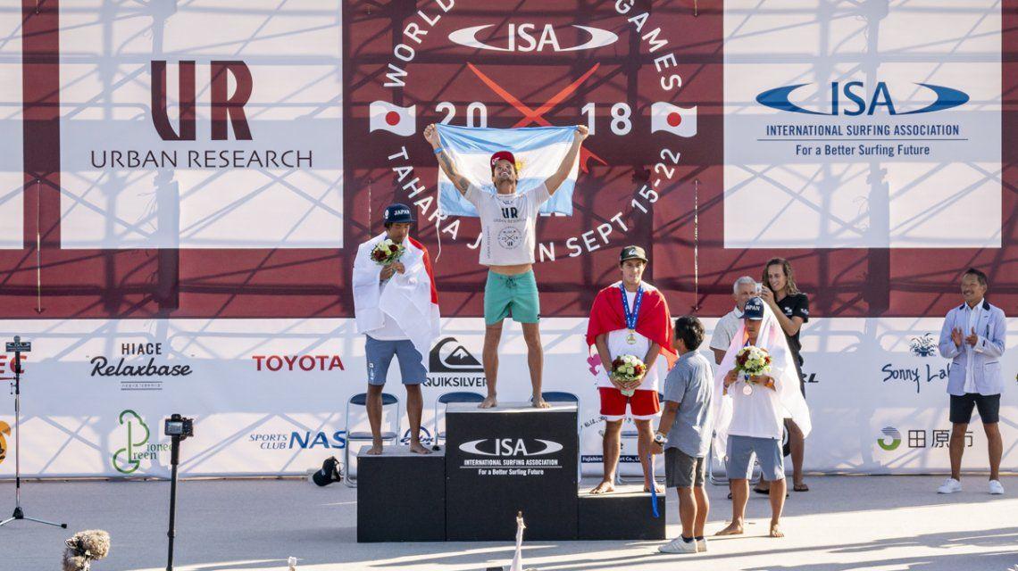 Santi en el podio de Tahara. Le ganó la final en su casa a una estrella mundial como el japonés Kanoa Igarashi