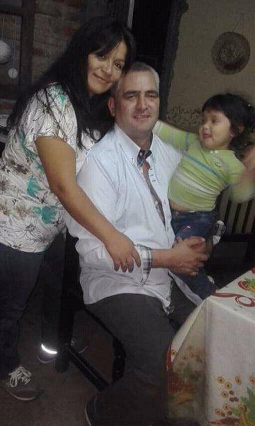 <p>David Neri Alfonso junto a su esposa Noemí y una de sus hijas</p>