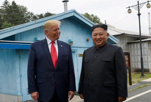 <p>Donald Trump, al aire libre con el líder norcoreano Kim Yon-Un</p>