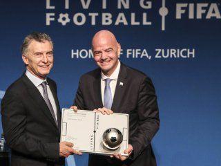 la fifa premio a macri por su aporte al futbol