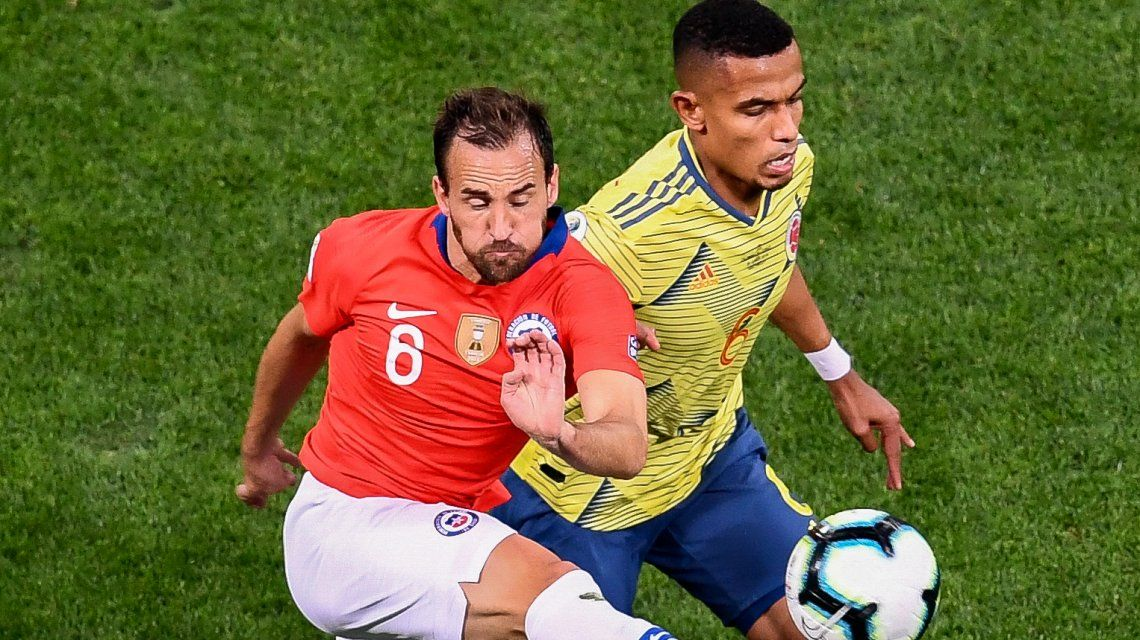 El defensor pelea la pelota con el chileno Fuenzalida