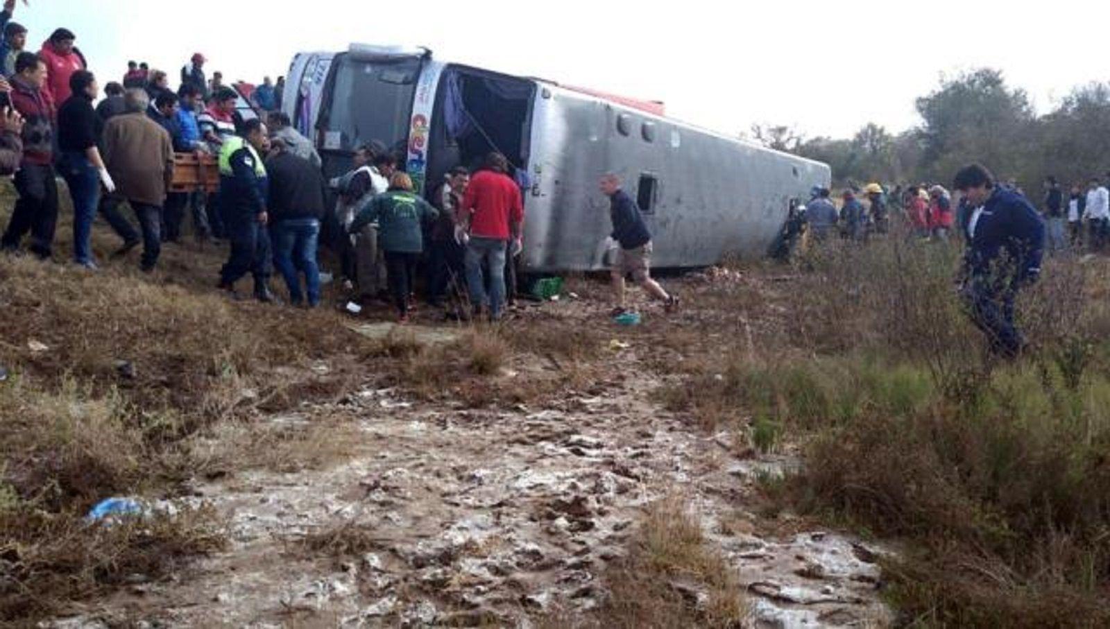 Volcó un colectivo de jubilados en Tucumán: hay al menos 13 muertos y 45 heridos